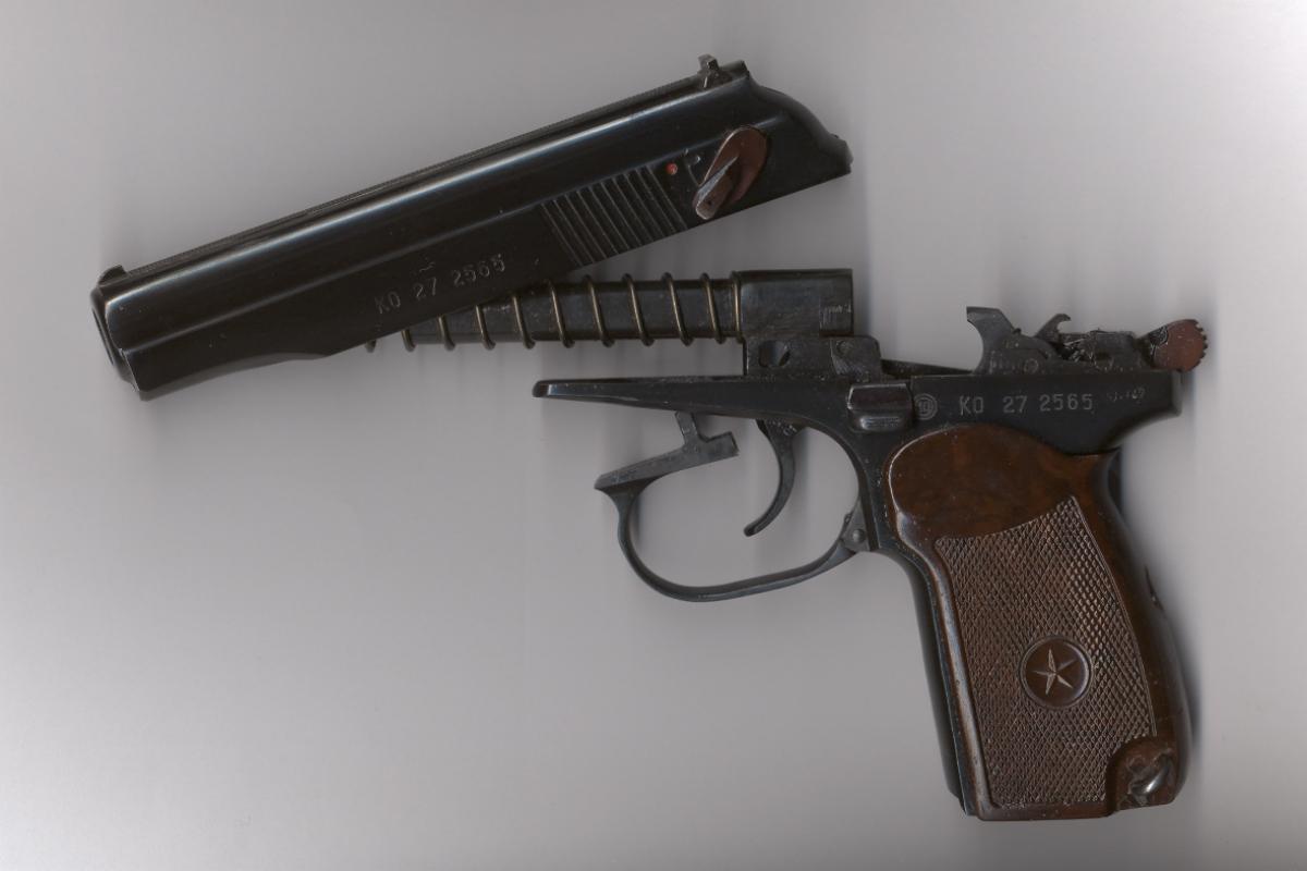 Pistole Makarov 9 mm - Abzugbügel ausschwenken, Verschluss nach hinten ziehen und anheben