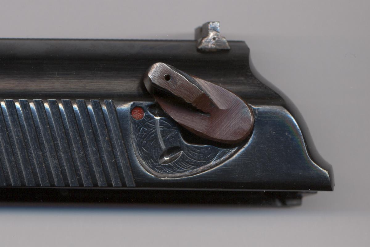 Pistole Makarov 9 mm - Sicherungshebel nach oben wegdrehen